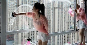 Hogyan lehet megmosni az ablakot néhány másodperc alatt? A hölgynek a 20. emeleten sikerült ezt biztonságosan megtennie
