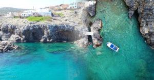 A gyönyörű görög sziget telket adományoz, majd havonta fizet csupán azért, hogy ott laksz