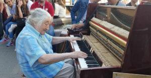 Egy átlagos néni leült a zongorához és több tucat ember figyelmét keltette fel a játékával