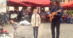 Az apa meggyőzte a lányát, hogy énekeljen egyet az utcai zenésszel. Az emberek nem akarták elhinni, hogy az az ő hangja