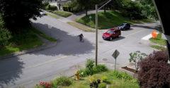 A biciklis azt hitte, hogy a közlekedési táblák csak az autósoknak szólnak. Keményen ráfizetett