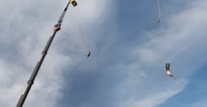 A bungee jumping ugrás után a mentőautóban kötött ki. 92 méter magasról ugrott a mélybe, elszakadt a kötele