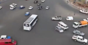 Hogyan néz ki a rendezett káosz? Elég megnézni egy etiópiai kereszteződést közlekedési lámpák nélkül