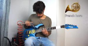 A férfi különböző hangszereket utánoz a gitárjával. Kompresszort, zoknit vagy bankjegyet használ