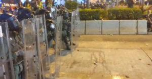 Könnygázt vetett be a hongkongi rendőrség a tüntetéseken. Elfeledkeztek azonban a szélirányról
