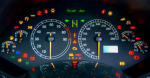 Szokatlan kigyulladó jelzések a műszerfalon, a melyeket még a gyakorlott sofőrök is alig ismernek