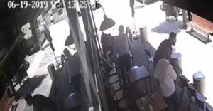 A kávézó hidegvérű tulajdonosa székkel kínálta a menekülő tolvajt