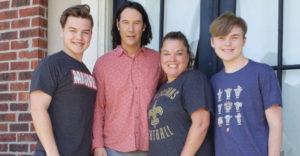 Keanu Reeves ismét növelte kedveltségi szintjét, amikor egy családnál mosolyt csalt az arcokra