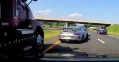 A Porsche 911 sofőrjének gyors reakciója mentette meg attól, hogy összepréselje a száguldó kamion
