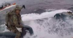 Az amerikai parti őrség nyilvánosságra hozta azt a videót, amelyben egy drogcsempész tengeralattjáróra csapottak le