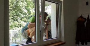 Hogyan segíthetsz magadon, ha kizártad magad, és az ablak bukóra van nyitva?
