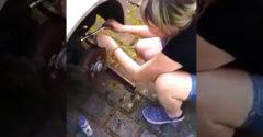 Levideózta a barátnőjét, ahogy az autóját próbálja megjavítani. Nem sokáig szórakozott rajta