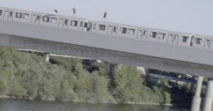 Mozgó metró tetejéről ugrottak a Dunába a fiatalok. Elég lett volna egy kis hiba, és már nincsenek az élők sorában