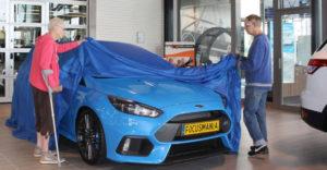 A nyugdíjaspár elment, hogy átvegyék az új Ford Focus RS-üket. A boltba egy remek járgánnyal érkeztek.
