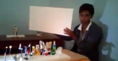 A fény és az árnyék játéka. A srác a Titanic film egyik ikonikus jelenetét vetítette ki hulladék segítségével