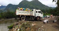 Hulladék osztályozása és újrahasznosítása Peruban. A szemetet közvetlenül az Amazonasba öntik a teherautókról