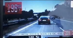Bemérték az aszfaltbetyárok vezérét? Az Audi sofőrje összekeverte az autópályát a versenypályával