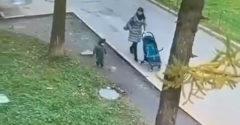 Minden szülő rémálma. Videón, ahogy a csatornafedélre lépő gyereket elnyeli a föld