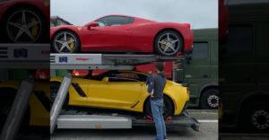 Egy drága kocsikkal megpakolt tréler. Az elejére pakolták a legdrágább kocsit