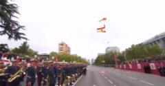 Peches napja volt az ejtőernyősnek. Fennakadt egy lámpaoszlopon a nemzeti parádén pont a spanyol király szeme előtt