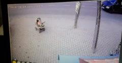 Egy futás a nap hőse! A kocsijával a forgalom felé guruló babát mentett meg.