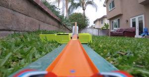 Kamera a HotWheels autón. Hatalmas pályát építettek, amely az egész kertet befutja