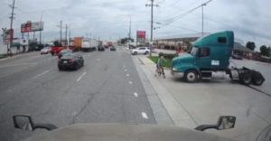 A kamion sofőrje nem vette észre az előtte elhaladó kerékpárost