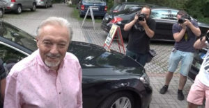Az adakozó Karel Gott nem is sejtette, hogy az adományaival egyszerű embereket tesz milliomossá