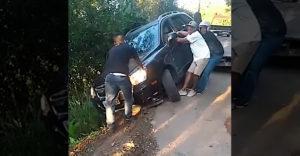 Ki akarták húzni az autót, amely a szakadék felett lesodródott az útról. (Elszakadt vontatókötél)