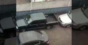 A sofőrök többsége erre nem lett volna képes. Körbeparkolták, de ő kiszedte a kocsiját