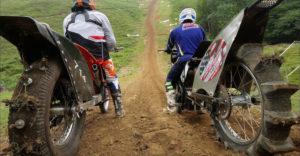 Még az átalakított motorokon is lehetetlenség volt legyőzni a meredek domboldalt. (Potyogtak, mint a rohadt körte)