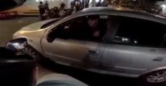 A motoros belerúgott a kocsi visszapillantótükrébe. A sofőr aztán ezért elgázolta