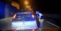 Sajátos módon értelmezte a sofőr a rendőrnő utasítását. Ő vette a lapot