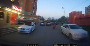 A járdán menekült a robogójával a rendőrök elől. Egy éppen arra sétáló nő leterített őt