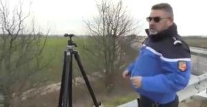 A rendőr meg akarta mutatni, hogyan fogja a fák mögül a sebességet mérni (Pofára esett)