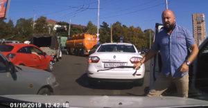 Ostorral támadt az agresszív sofőr, de a végén sírva ment el