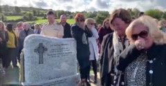 Durva: viccet csinált a saját temetéséből az ír veterán. Koporsóból jött a halott hangja, mindenki röhögött