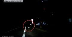 Viselj fényvisszaverő elemeket. A rendőrség nyilvánosságra hozta egy gyalogosgázolás videóját