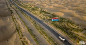 Miért van zöld növénysáv a világ leghosszabb sivatagi országútja mellett