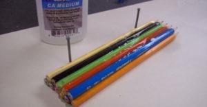 Összeragasztott 11 ceruzát, majd egy zseniális dolgot készített belőle!