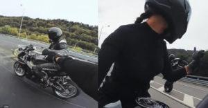 Adó a közlekedési szabályok megsértése miatt? A motoros csaj 180 km/h sebességnél a szalagkorláton fizette meg