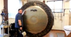 A mester egy 2 méteres szimfonikus gongon játszott egyet