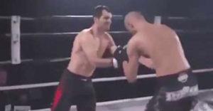 A bokszolónak támadás közben kiugrott a válla. Az ellenfele segített rajta