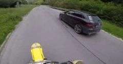 Kielőzött egy jelzés nélküli autóval közlekedő rendőrt. Az nem adta fel és még az erdőben is üldözte