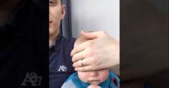 Négy egyszerű kézmozdulattal elaltatta a babát