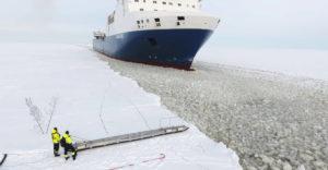 A mozgó jégtörő hajóra ugrott fel