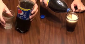 Hogyan lehet habzás nélkül a pohárba tölteni a kólát? Ezeket a lépéseket kell betartani