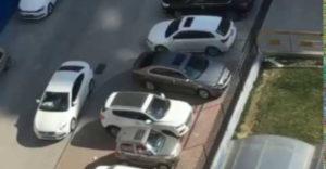 Amikor leblokkolják a kocsid a parkolóban, de te végtelen türelemmel onnan is ki tudsz jönni