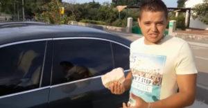 Megpróbálták betörni a BMW ablakát. Nem segített a kő és a két fejsze sem