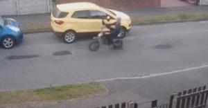 A motoros a parkoló autók rongálásával szórakozott. De addig jár a korsó a kútra, míg össze nem törik